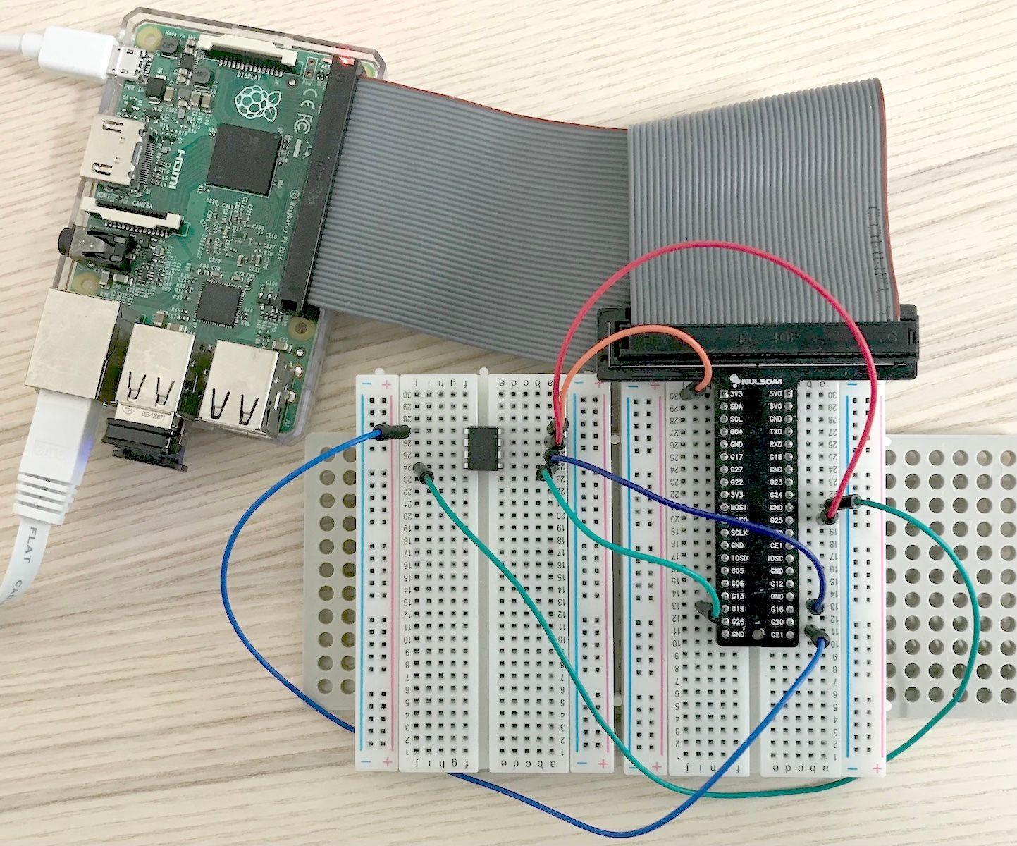 ATtiny85とRaspberry Pi GPIOの配線の写真